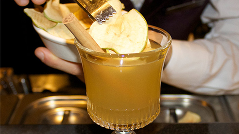 Hot apple pie cocktail with an apple slice